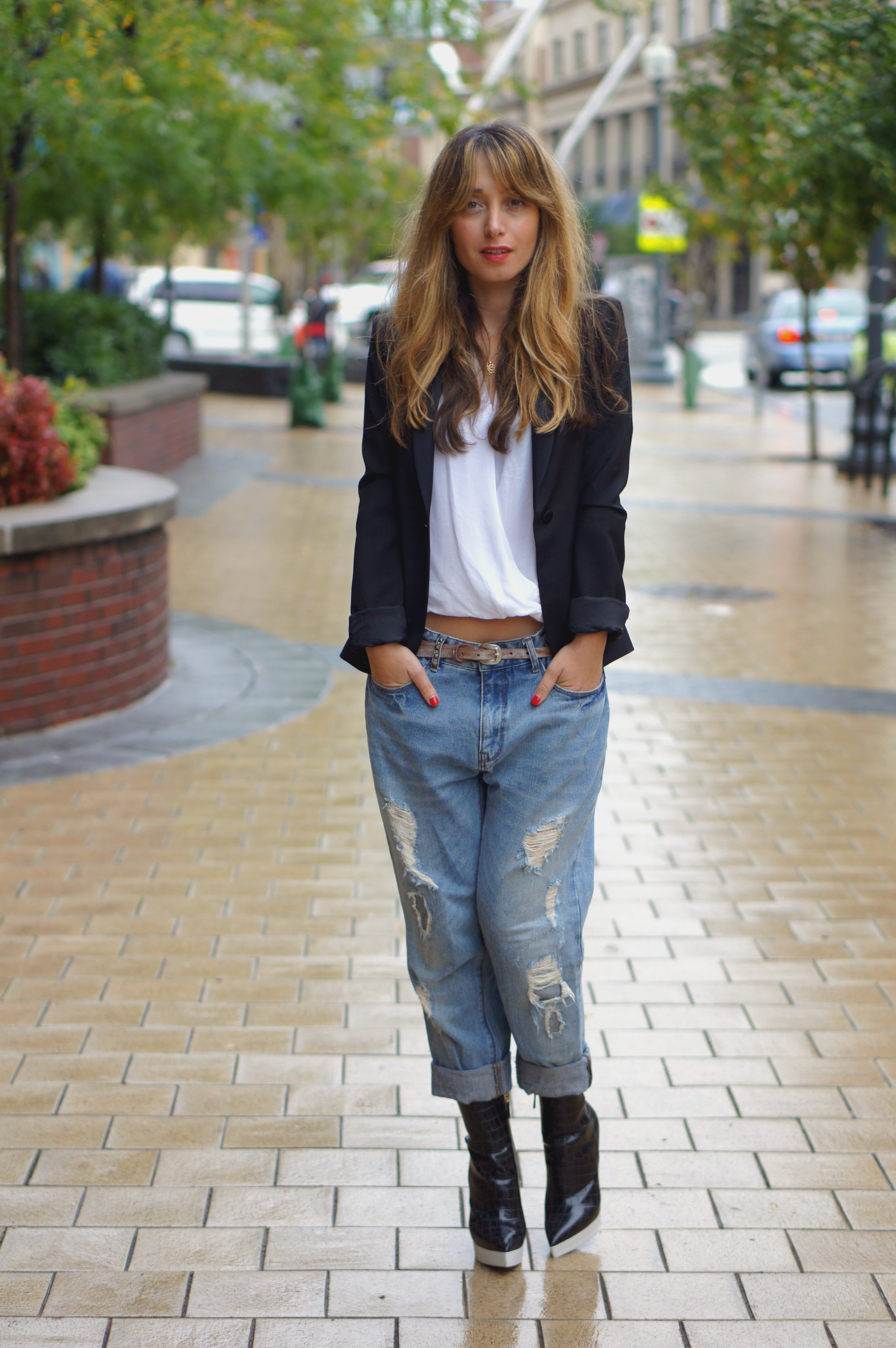 stella mccartney, boyfriend jeans, denim, white blouse, black blazer, black, white, black and white, rain, fall, fall style, zara, street style